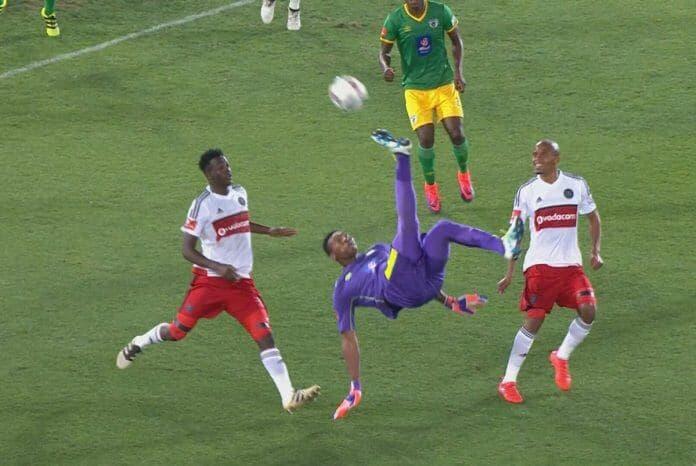 Один на миллион: вратарь забивает гол через себя!