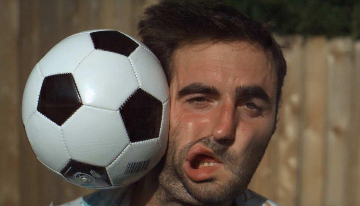Лицо vs футбольный мяч: съемка на скорости 28,000 кадров в секунду