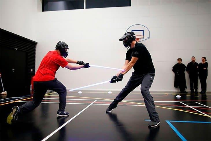 Во Франции признали новый вид спорта. Это поединки на световых мечах