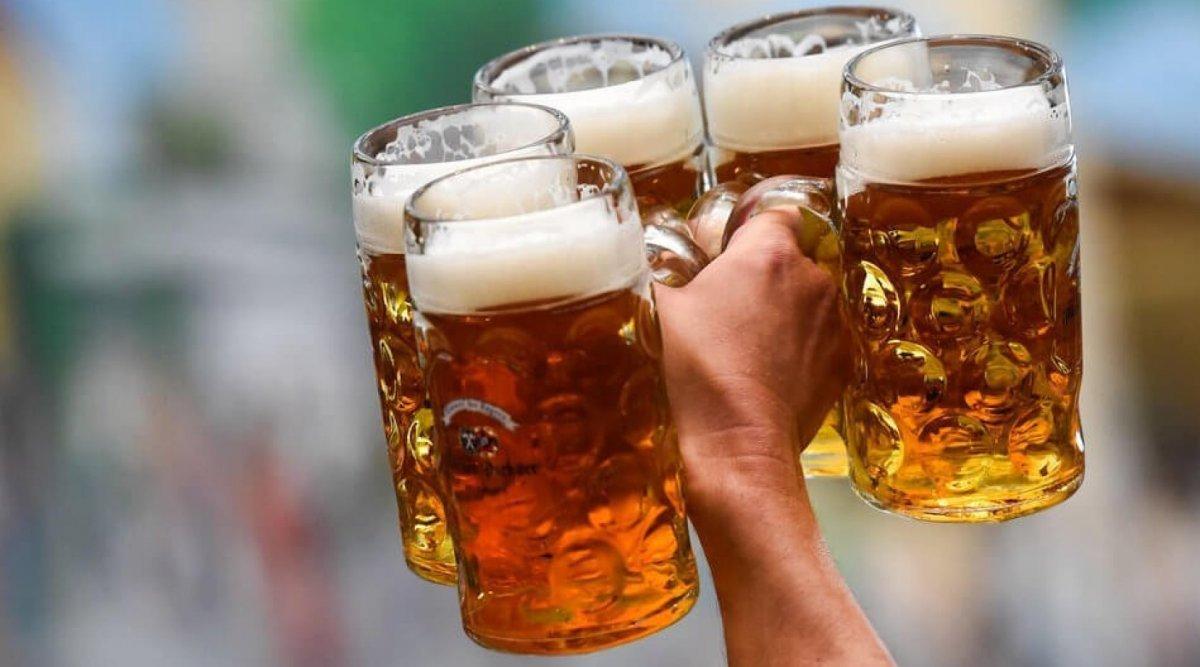 Он опять это сделал! Вы видели болельщика с бокалом пива на голове?