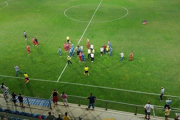Подлый поступок футболиста привел к массовой драке в чемпионате Сербии