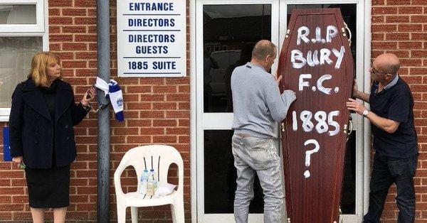 В Англии фанатка приковала себя наручниками, протестуя против исчезновения клуба