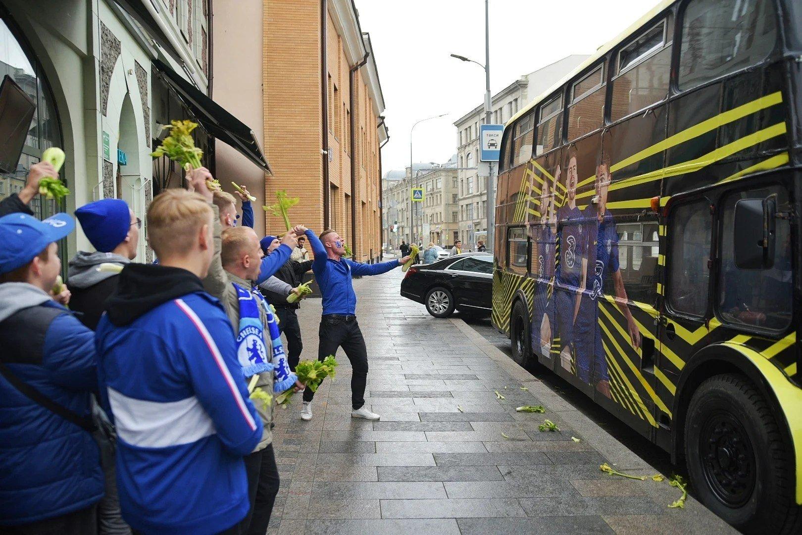 Po ulitsam Moskvy kursiruet fanatskij avtobus CHelsi